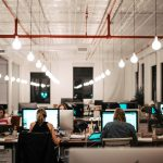 BHP na terenie biura – jakie oznaczenia i działania są konieczne?